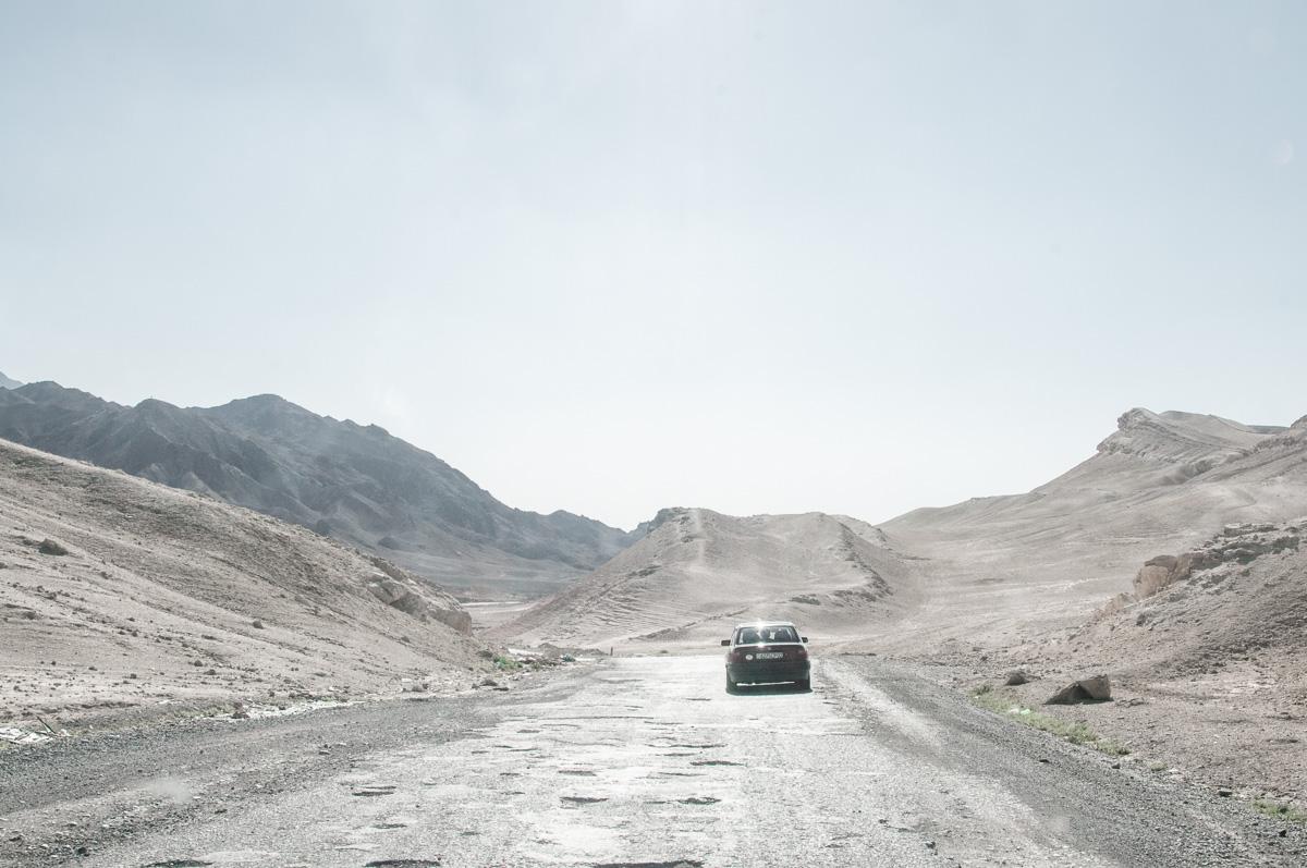 Auto in landschap in Tadzjikistan