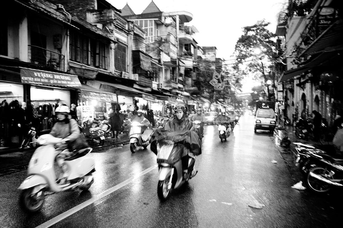 Straatbeeld in Hanoi in veelzijdig Vietnam