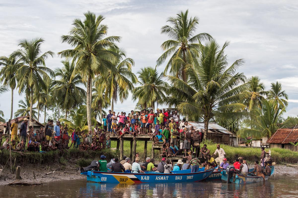 Afscheid van het dorp Pirien op het eilland Papoea in Indonesië