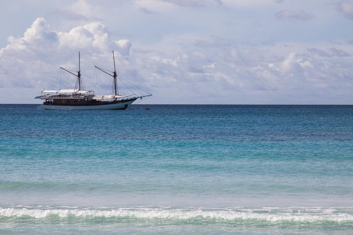 Het schip de Matahariku voor de kust in Indonesië