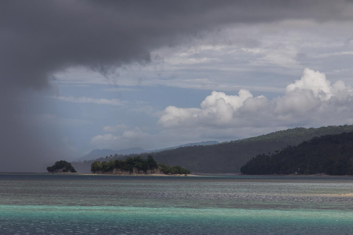 Aan de kust van Kai Besar in Indonesië