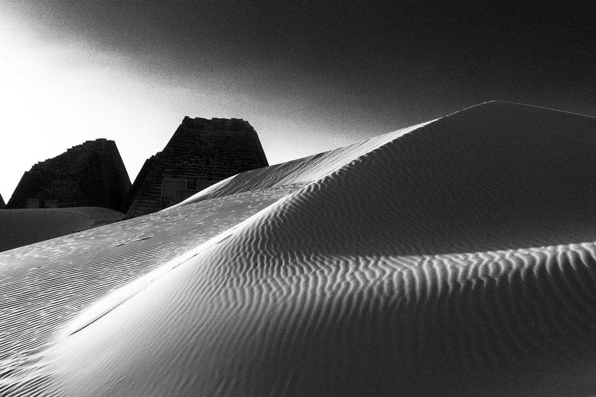 Zandduin bij de piramides in Meroë
