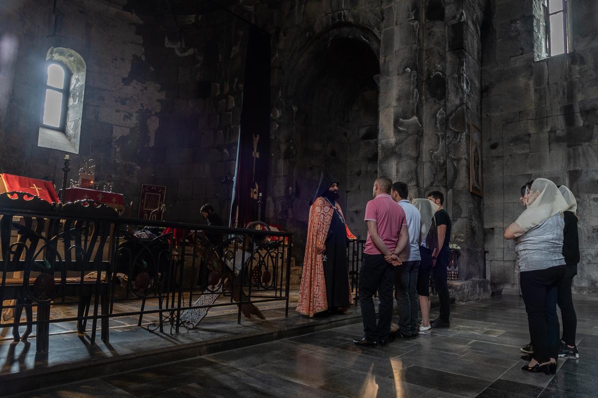 Dienst in de Sint Gregorius kerk in het kloostercomplex van Tatev