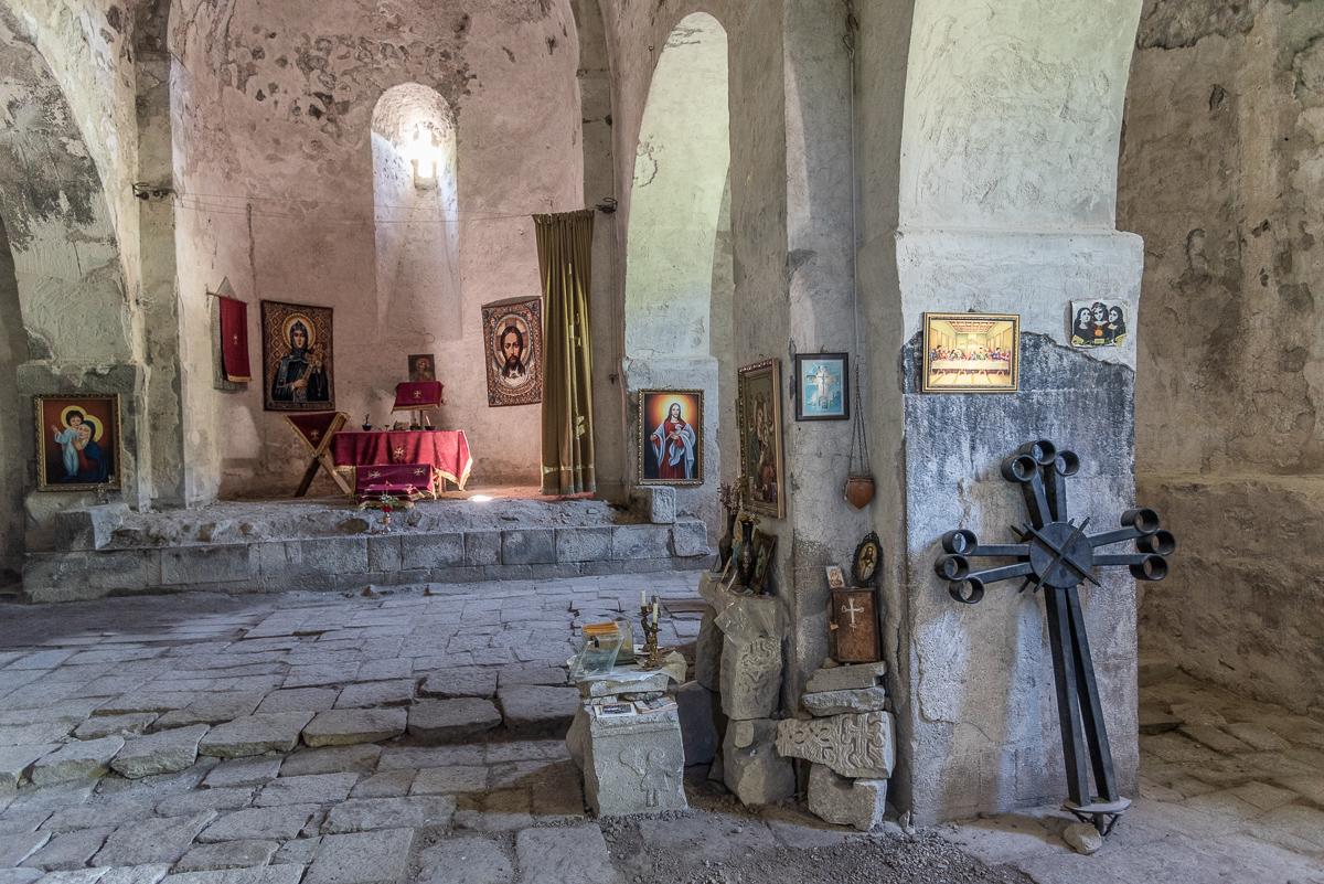Interieur van een kerk in het grottendorp Khndzoresk