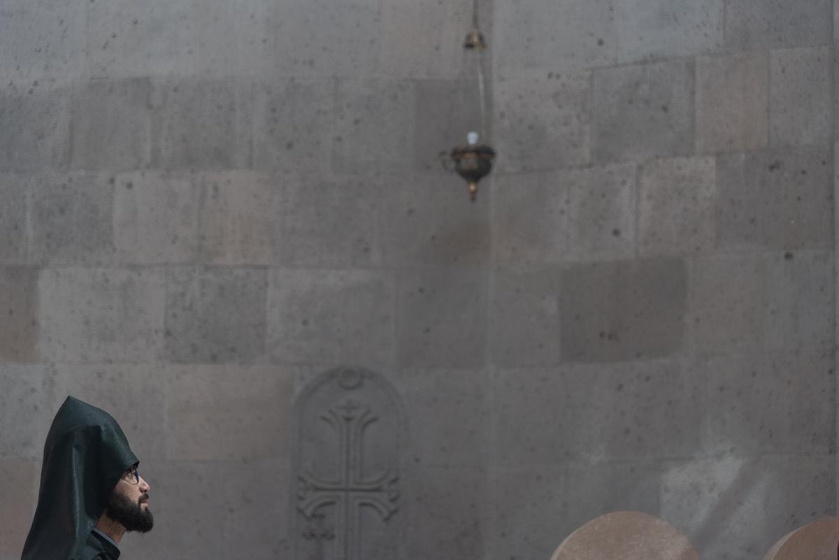 Tijdens een dienst in de kerk van de Heilige Aartsengelen in Etsjmiadzin