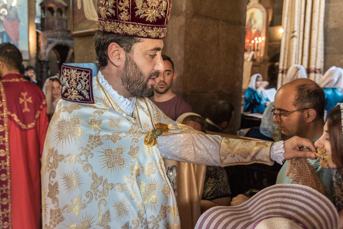 Tijdens een dienst in de kerk van Sint Gayane in Etsjmiadzin